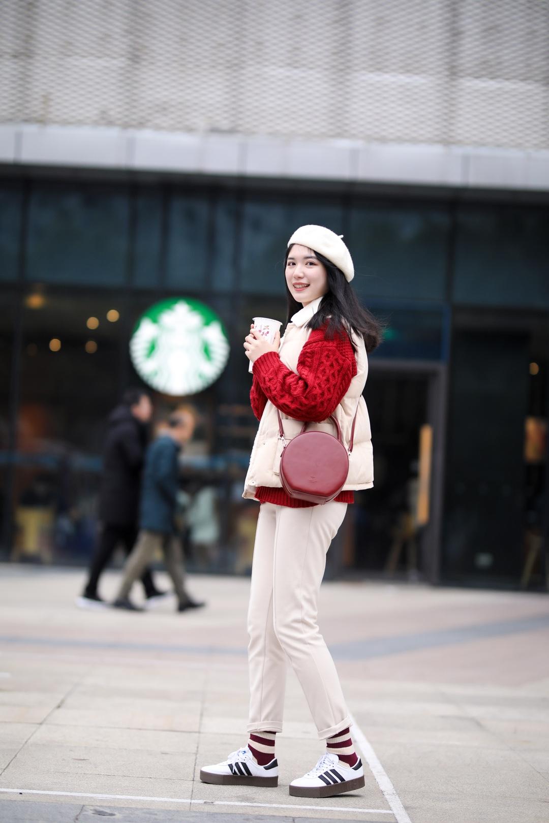 """#开年战袍第二课,你""""配齐""""了吗?#  新年红红火火的穿搭来啦! 红毛衣➕红色包包➕红条纹袜子! 超级喜庆的一身啦! 在搭配上选择了浅色系的马甲、裤子和帽子~ 整体色调上明亮而轻快,这身搭配要不要给我💯"""