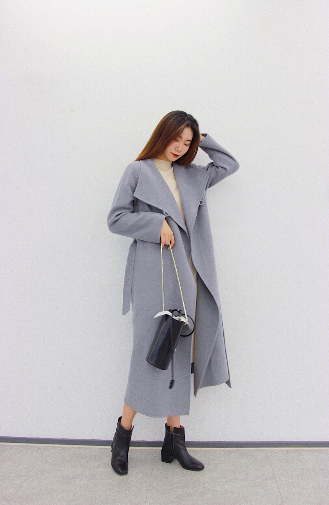 julie look% 173cm 54kg 雾霾蓝色的大衣外套很显气质了 而且这件大衣版型很大 高个子的宝宝们一定要入 颜色也很显肤白 #MOGU STUDIO#