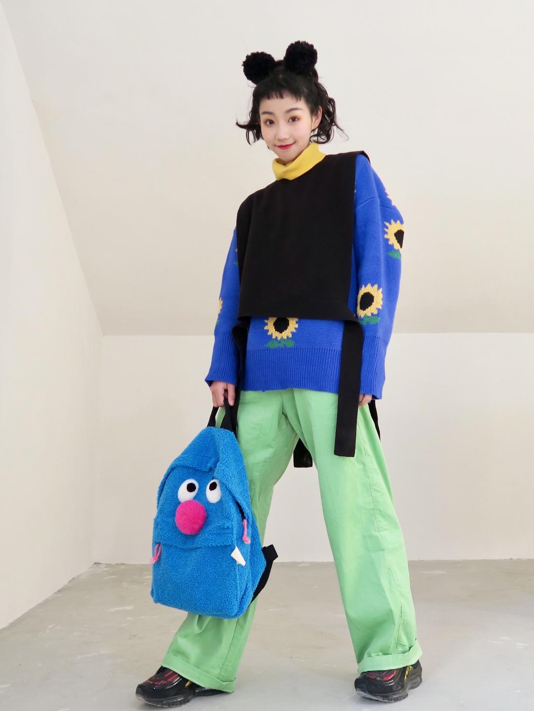 #我的外套里已经穿好这些春装啦!# 超级春意昂扬的绿色裤子嗷~ 蓝色的向日葵毛衣也是非常喜欢了~ 还有还有一件百搭的毛线小马甲 鞋子裤子近期最爱啦!