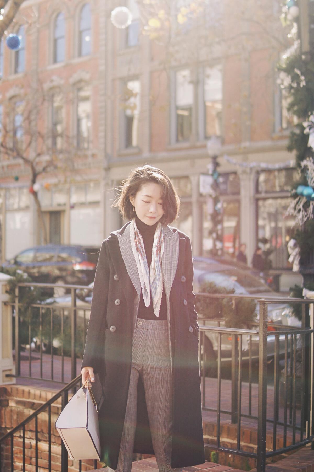 冬天单穿西服套装肯定是冷的,里面套高领内搭,外面再加一件剪裁合适的纯色大衣,保暖又干练 搭配完觉得略显单调,就绕了一条花色小丝巾,配色刚好和包包相同 再把西服领子翻出来,层次感就更丰富了,如此一来,搭配也就更有内容  大衣:Zara旧款 西装:Tie for her 包:Incomplete 高领内搭:优衣库 鞋子:Cole Haan #穿外套搭包,原来套路这么多!#