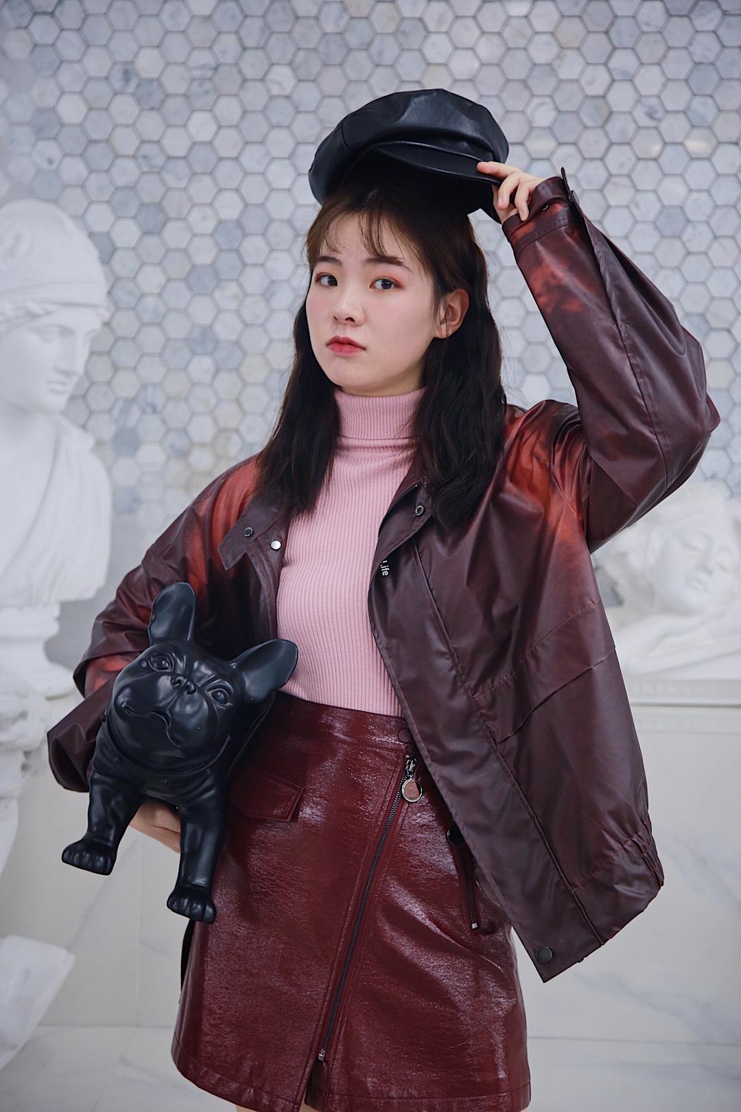 【本命年穿搭❤️】 #本命年的红,这样穿才好看~# 这件猪血红的皮质简直不要太好看,还是高温面料的哦!手摸过的地方颜色就会变淡,高科技了! 搭配皮裙也是很酷了!加件保暖的高领毛衣打底,妈妈就不会说你穿的少啦!