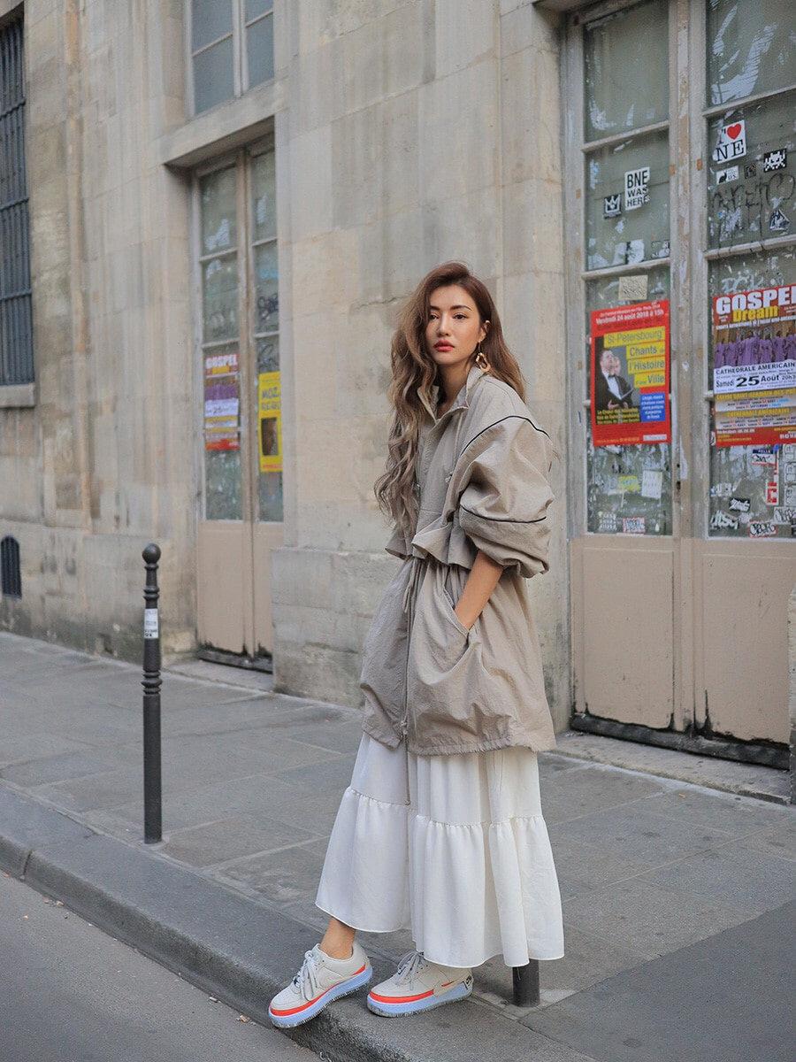 #我的年度最爱外套盘点#选对一件廓形完美的外套就完成了一张成功街拍的百分之五十!外套如此重要,真的需要好好挑~灰褐色显得十分高级气质,抽绳设计很显瘦,内搭飘逸长裙显轻盈,你学到了吗?