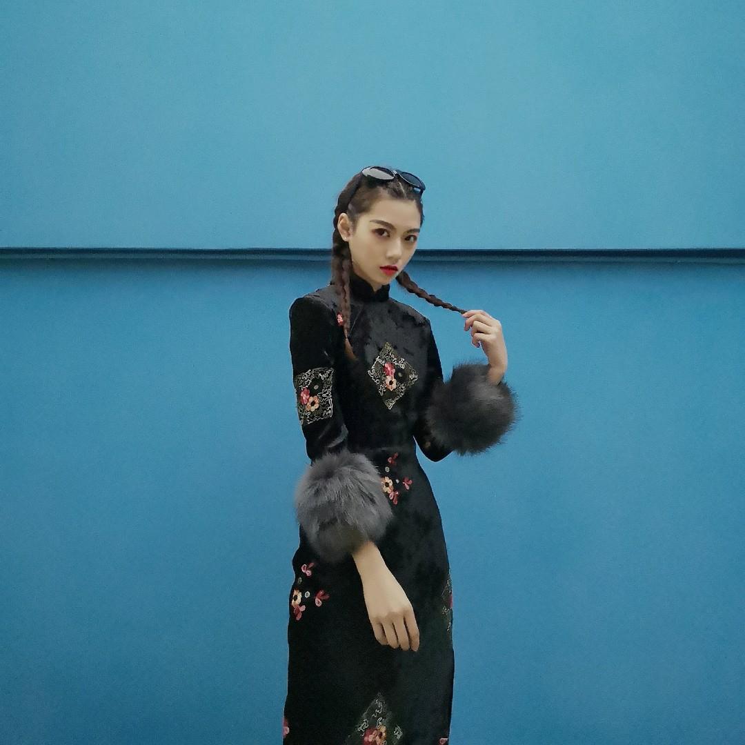 暗黑系旗袍,其实也不算暗黑系旗袍,只是我把它穿成了这个感觉,款式非常修身的,袖口的毛袖可以取掉的,旗袍里面加绒非常保暖,刺绣功夫了得,可以说是中国人的福音#2019过年穿搭安排上了!#