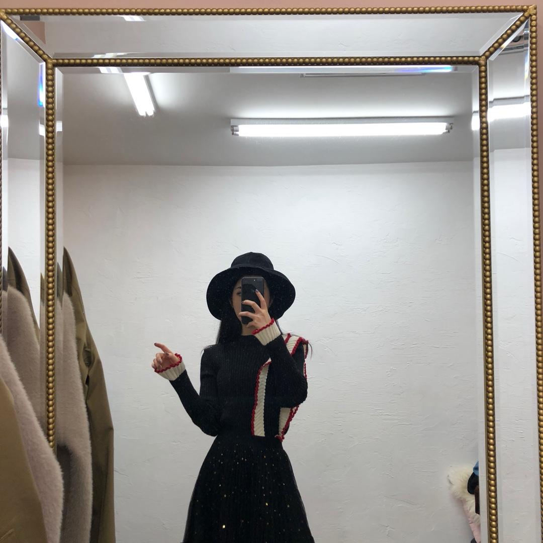 黑色针织的套头衫,有一定的厚度,冬天当内搭穿一点都不冷,比较特别的是袖口和肩膀那里都做了花边的设计,下面穿的是一条黑色网纱裙点缀了金色的星星✨亮片灯光下很好看,出门随便搭一件大衣都很适合#新年穿新衣#