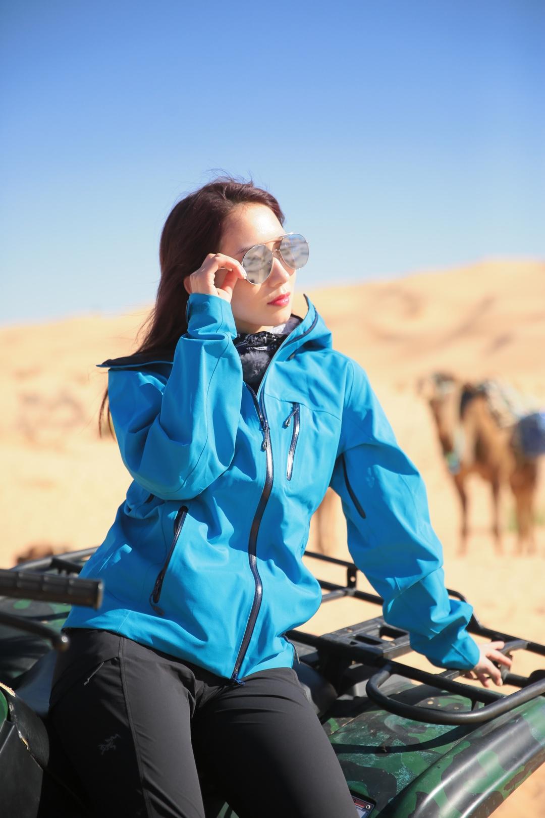 我真的很喜欢蓝色啊!沙漠里依然穿了这件蓝色冲锋衣!带上炫酷的太阳镜,倚在机车边上的山支大哥是不是超拉风der?!#今天开启旅行博主模式#