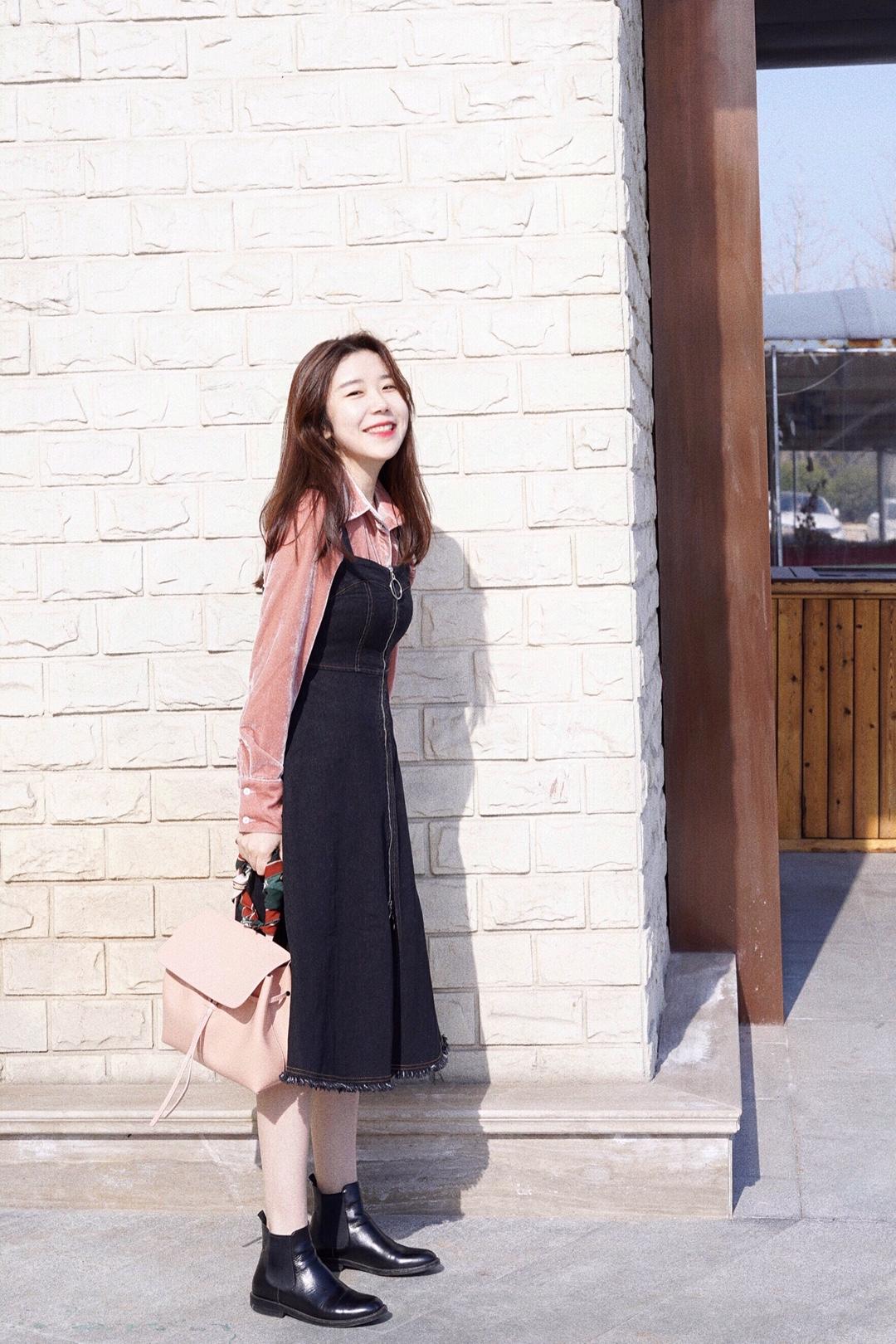 """开春搭配,粉嫩过春节。 来一套粉嫩嫩的搭配,丝绒粉色的衬衫搭配深色牛仔背心裙,牛仔背心裙的版型很棒,非常显身材~ 大衣也搭配了和丝绒粉衬衫同色度的大衣,鞋子方面选了Church's的切尔西短靴,简约帅气的设计可以中和掉整体搭配的甜美感,然后再配上粉色的Mansur Gavriel包包就可以出门啦。 #怎么多拿压岁钱? 穿的""""嫩""""啊!#"""