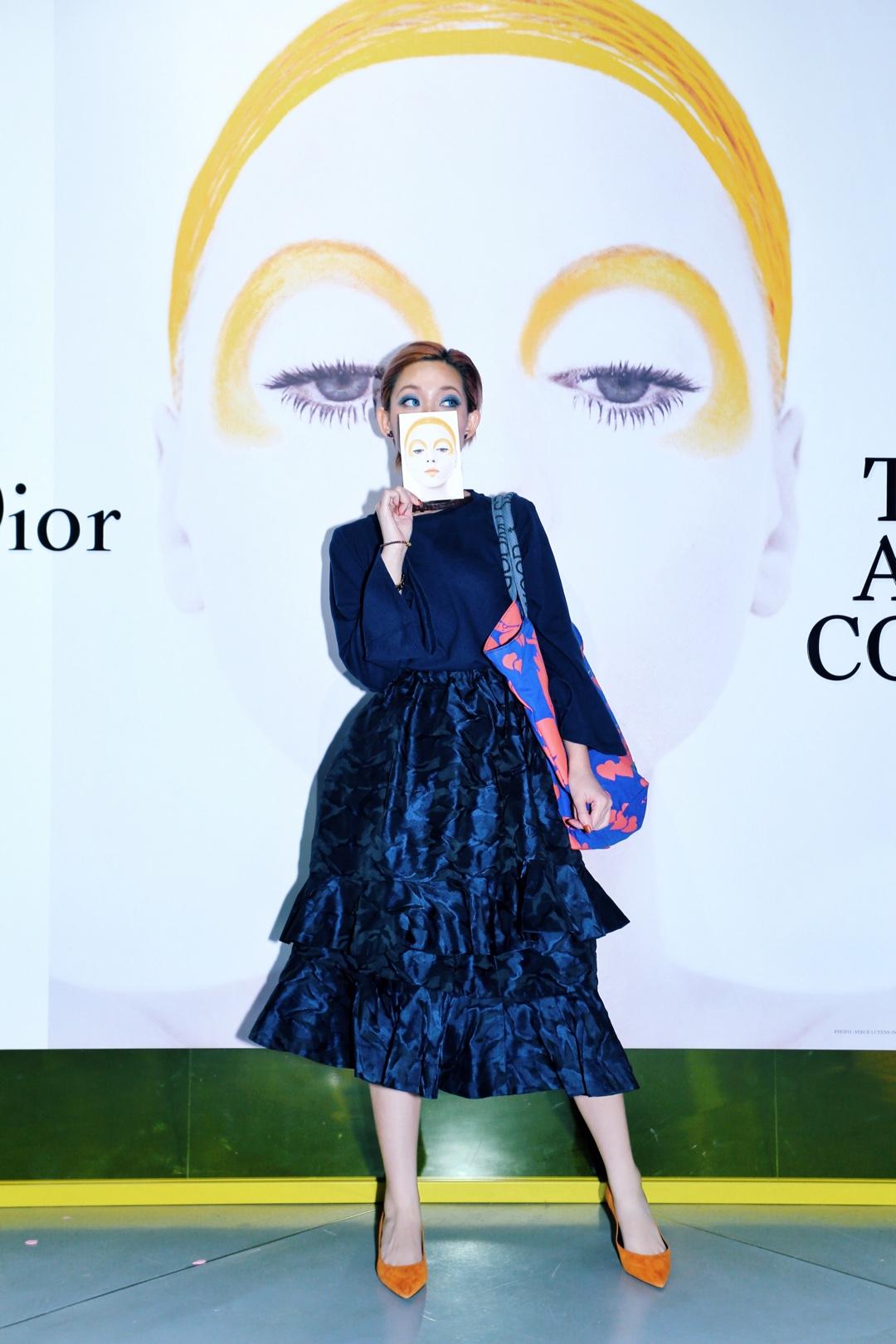 18年上海dior的展💄 看展這種活動比較適宜低調且耐看的裝扮 特意選擇了一件特殊質地的裙子💙 眼前一亮卻不譁眾取寵 散發著獨特的香氣🛀