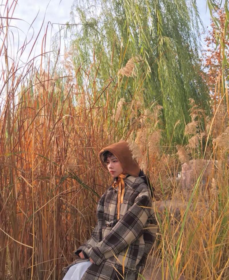 哈喽 我又来啦 💗  今天分享秋日穿搭给大家出个参考 ✨帽子:是羊羔毛的 因为是秋天的主题 选择了棕色 其实白色也非常好看 而且百搭 就是不耐脏:D 戴法的话,不建议太短的短发 中长发/长发也可以扎个马尾,哈哈哈觉得换个颜色我就是小红帽 ✨衣服:色调是不是也和帽子和芦苇荡很搭8,我觉得穿搭的重点就是 如果你不是为了上镜或者拍摄需要不要穿的太花,一身看上去不要超过3种颜色最佳,而且亮点有一个就好,比如说我这一身我把亮点放帽子了,所以选择的大衣就是普通版型普通款式颜色和谐👍 ✨裙子:我的内搭是白色连衣裙,不是外穿的那种哈~ 黑白是调和色 你搭配黑色也不会错dei ✨鞋子:哈哈 没上镜 看不粗来,风格对就欧剋啦(⁎⁍̴̛ᴗ⁍̴̛⁎)我这一身肯定不能搭配滑板鞋对吧 运动鞋版型对了也行 颜色要合适 再搭配一双棕色系恶的长筒袜(小腿肚以下脚踝以上的那种)  🎀完美🎀 ps 我知道有很多像我一样小个子的北鼻可能不会尝试长版的大衣或者分层式穿搭,其实你如果选择对了,还会一定程度上起着增高or显瘦的视觉效果,避开五五分或者叠加式👌 #春节朋友圈发照自救指南!#