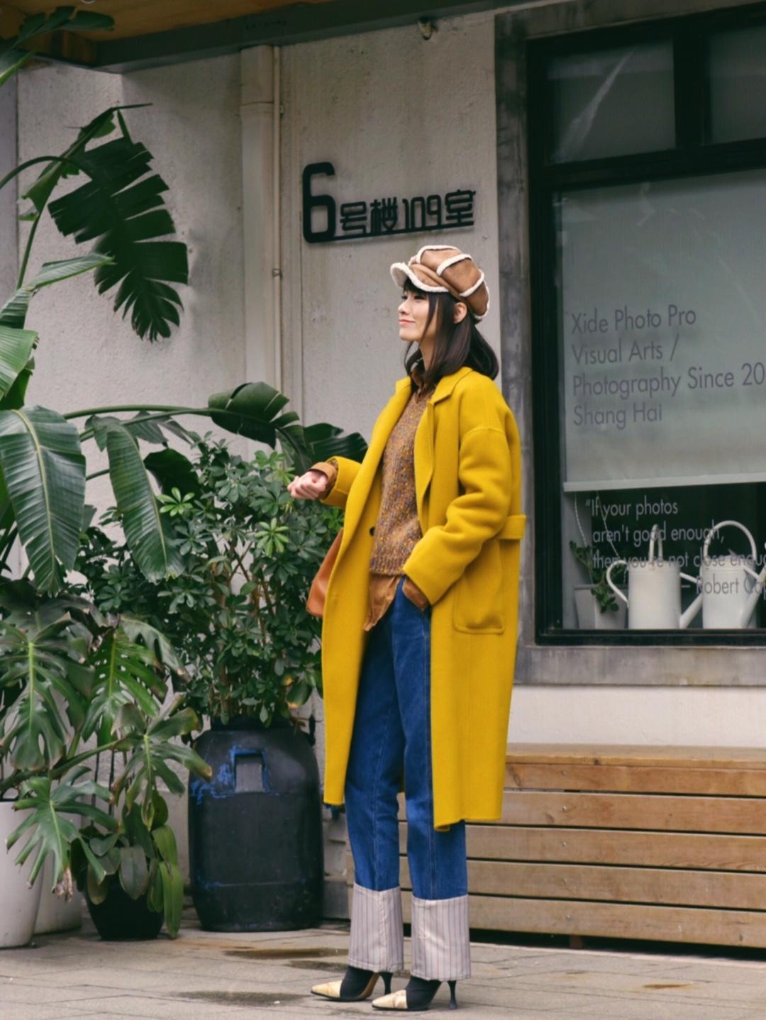 元气满满的黄色系叠搭大法~ 今天这身是黄色驼色系,一共三个层次,用长款衬衣搭配短款毛衣,露出一截边边会更有休闲感哦,黄色大衣非常显白提气色,整体的色系又和和谐统一。  #叠穿大法,要温度更要有风度#