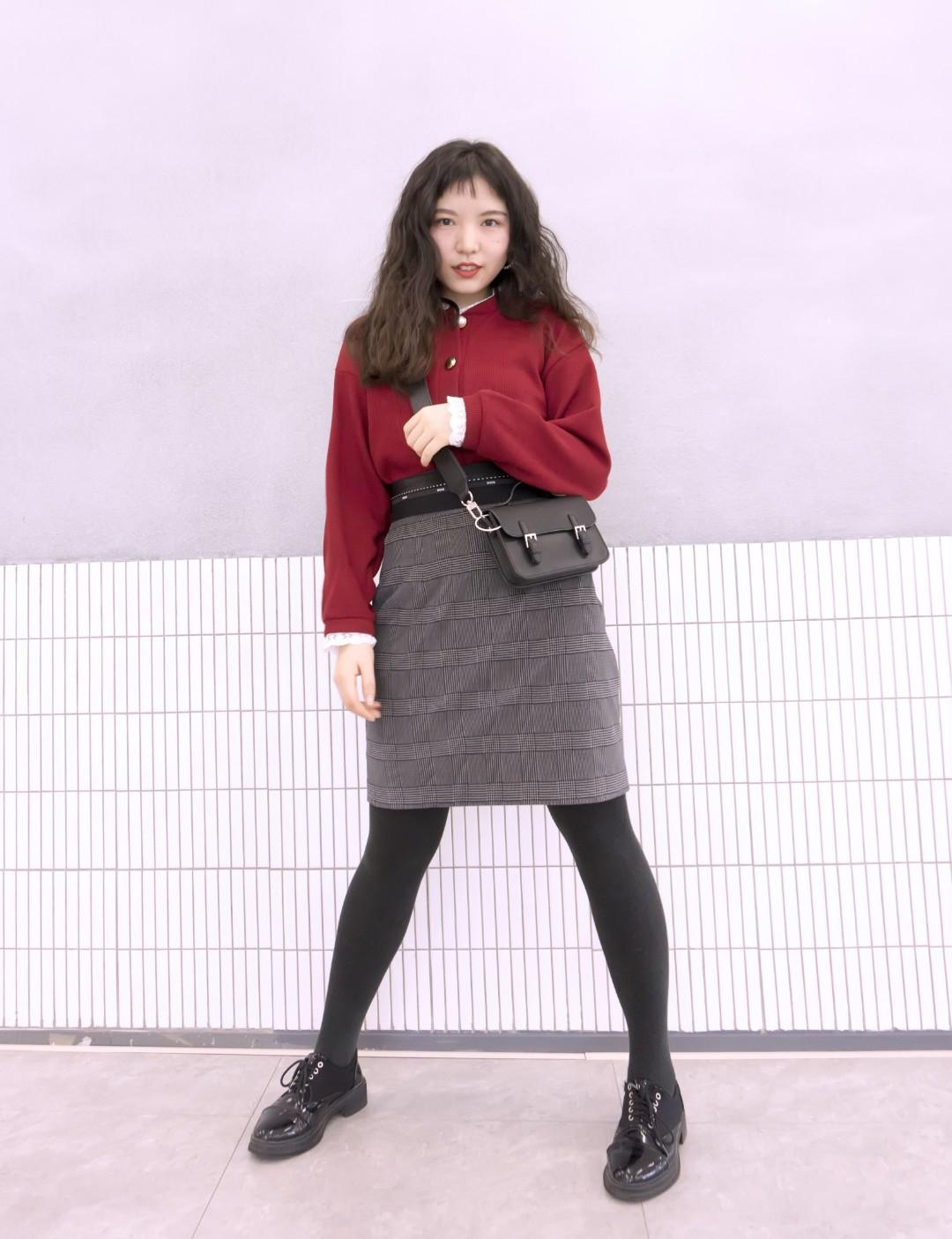 #我的返工通勤look秒杀办公室# ✍🏼红色毛衣的纽扣很特别 ✍🏼每一颗都不一样 ✍🏼包臀裙也特别好穿 ✍🏼腰头部分的设计特别显腰细 ✍🏼长度也刚好可以遮住大腿多余的肉 🌟🌟🌟🌟超极加分🌟🌟🌟🌟