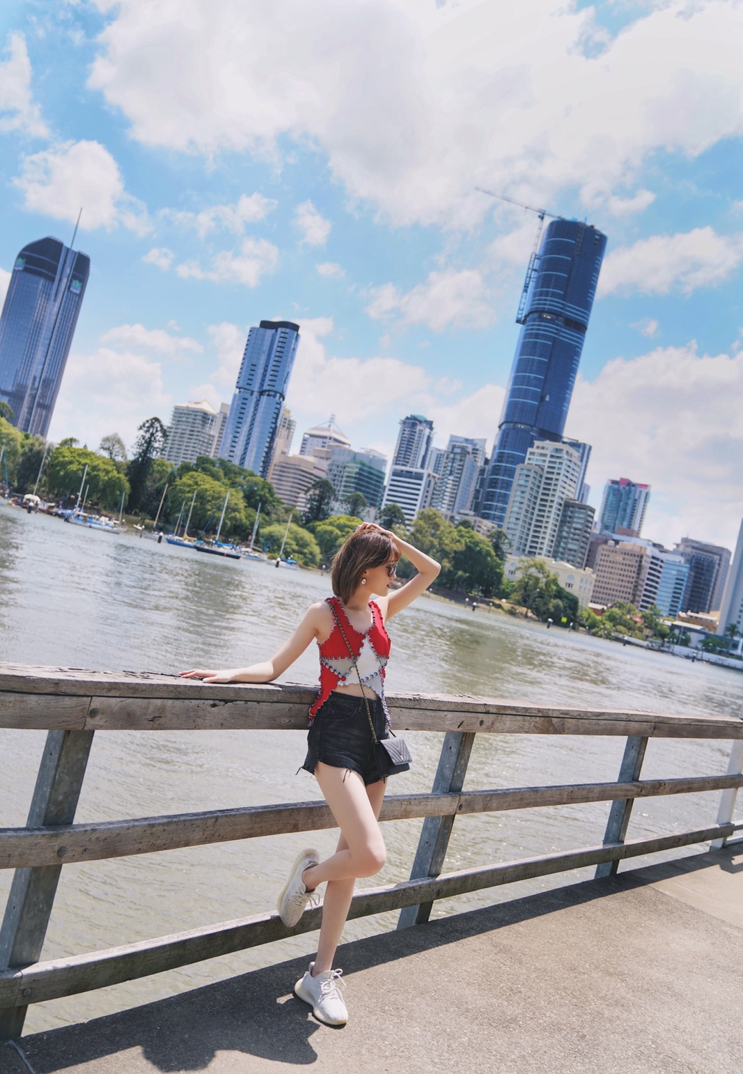 #快递恢复!这是我开春第一笔投资# 【澳洲旅行】布里斯班最佳拍摄点📷袋鼠角拍照攻略! 布里斯班最佳想颁给袋鼠角!!! 沿河边走了一上午,真的景色太美太喜欢了,可能因为常年在北京这种没有水的城市吧,就一直特别爱有水的城市 封面是我很喜欢的拍照位置,我们是直接打车到Kangaroo Point Cliffs Park,当时下车感觉到错了景点没有门也没有人,但走到边上发现车刚好是停在悬崖公园的上面,很高,所以刚好是最佳拍摄点,可以拍到河对岸的全景,建议用广角镜头~ 拍完就可以从路边的楼梯下到河边了,从这边一路走到故事桥有点远,但沿路风景真的很好很喜欢,河边也有一些小码头拍照很好看,玩攀岩啊皮划艇啊什么的也在这边,路边有租设备的店~ 如果有半天时间的话,建议来这边看看,河边坐着发发呆什么的真的挺幸福的,唯一的缺点就是这一路都没有咖啡厅甚至连个自动贩卖机都没有,走渴了…… Tips:悬崖还是挺危险的不建议你们坐上去拍,想拍照的话就拍拍风景或者站在墙边拍就好啦
