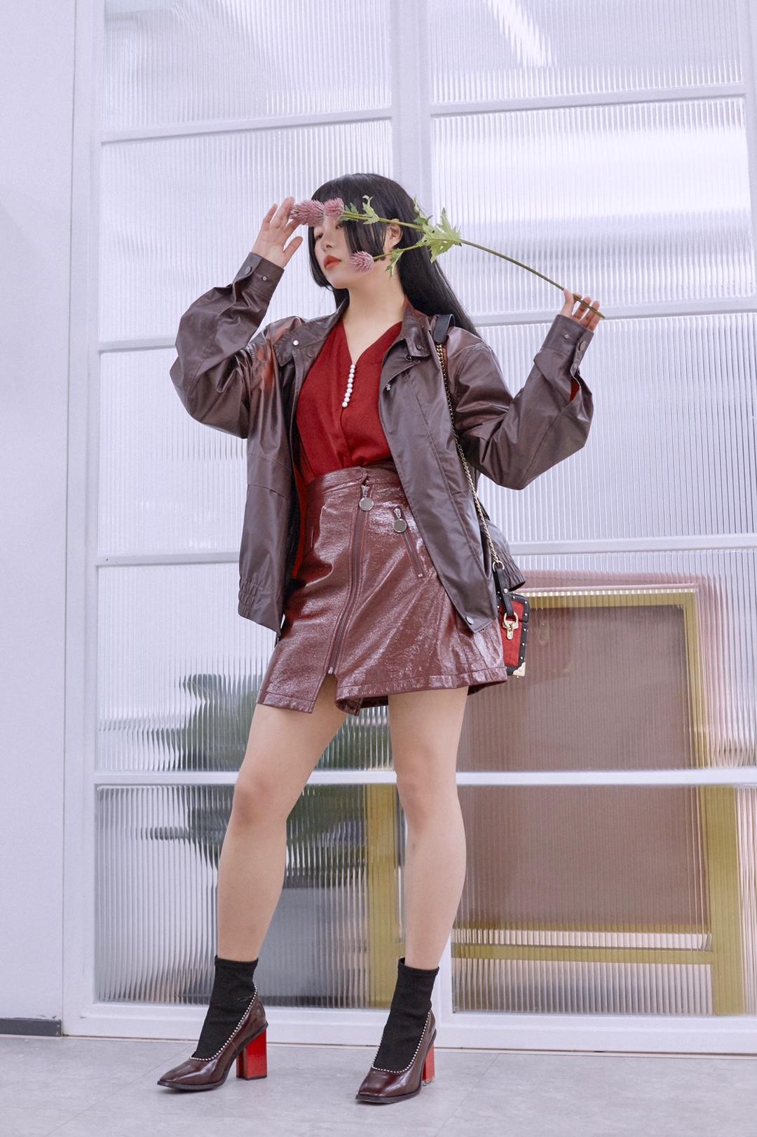 """这一身是微醺的红酒🍷girl  穿了一身深深浅浅的酒红 感觉可以原地被榨成红酒了 透着恰到好处的微醺感~ 🍷V领的衬衫是全身最亮的酒红色 珍珠排扣配上缎面质感 非常有高级感 和深酒红的皮质短裙非常衬 🍷还有这个更深的酒红外套 夹克的版型  面料轻薄且奇特 具有温感变色功能 气温升高颜色会逐渐变浅 可以看到我穿起来在肩膀和手臂的位置 因为温度比其他地方高有斑驳色块 太酷了吧这个设计! —————— 衬衫:JOJOZ 外套:硅基生物 短裙:SAKKAS #我在初春""""裙裙""""欲动#"""