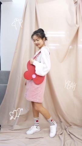 一起迎接春天吧! 可爱的粉嫩系穿搭 独具设计感的雪纺衫 搭配粉色灯芯绒背带裙 甜妹满分 花花包包好看又能装 #MOGU STUDIO#
