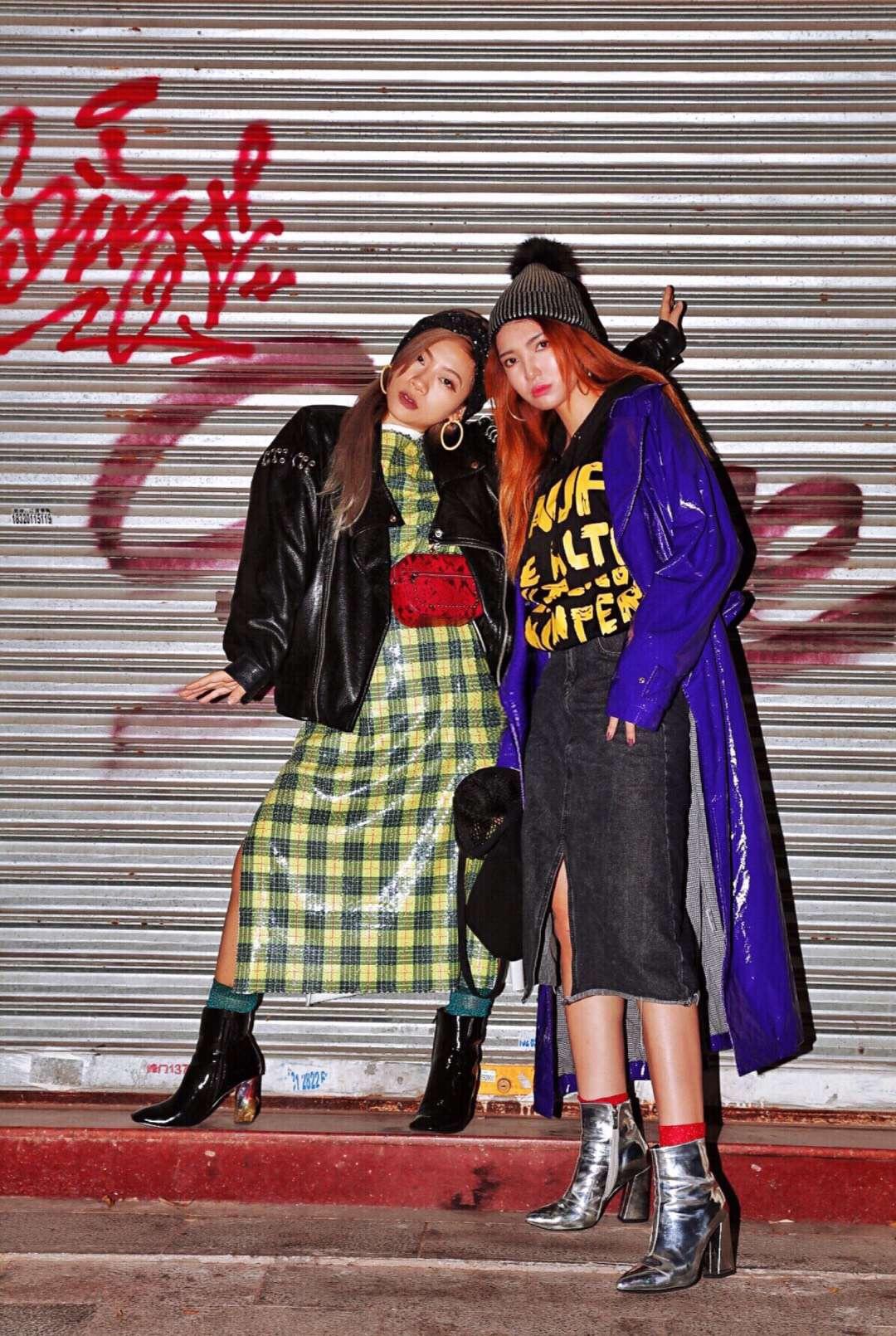 高级街头混搭,把高调穿在身上!#提高腰线!小个子穿搭终极重点# 紫色外套:Mo&co 裙子:稀有概率 靴子:honey girlcc 卫衣:独立设计