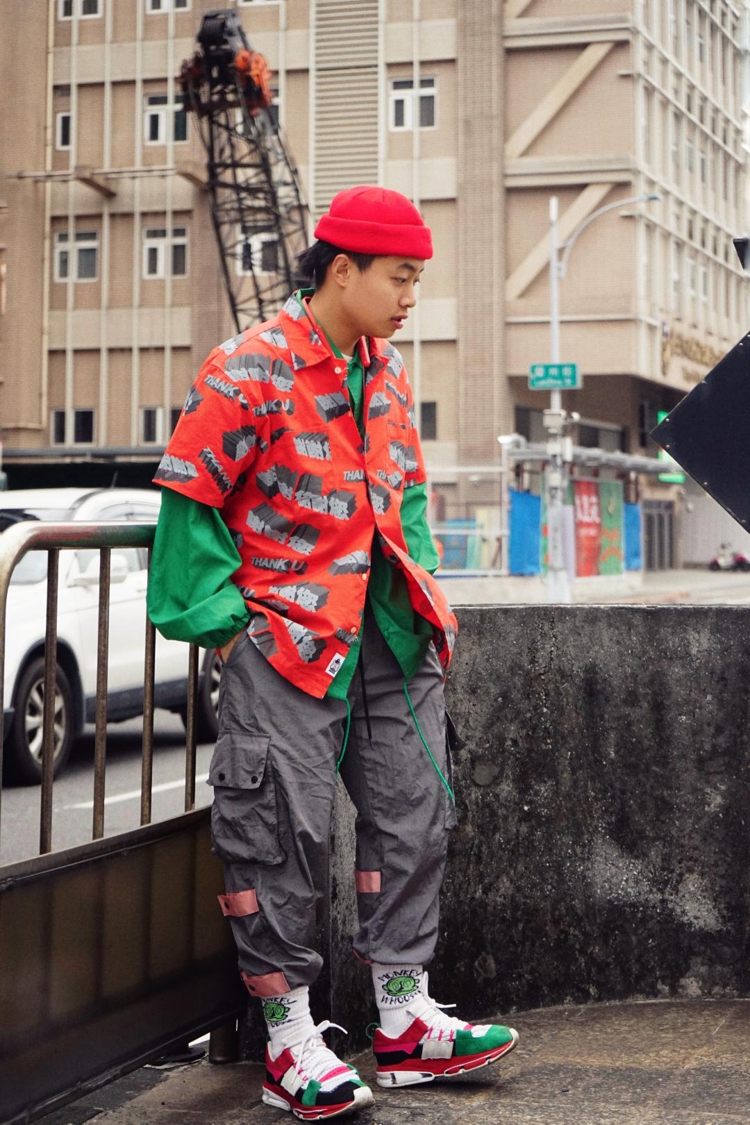 帽子:S-SEDUCE食钓 衬衫:S-SEDUCE食钓 教练夹克:Smoka Vintage 裤子:FYP 袜子:WHOOSIS x MONKEY 鞋:Adidas Originals  今天这套尝试了一下猴赛雷的红配撞色,只要控制好颜色的比例,大概7:3这样,其实穿出来也还是不错。 冷帽的话其实折两圈这样戴会更加有街头感,长一点的头发可以全部理到后面,这样更有型。 衬衫的话,大家可以多尝试内长外短的穿法,里面长袖夹克、卫衣、t恤都ok,外面加一个短袖衬衫,整个看上去更加有层次感。 裤子颜色选择了和衬衣印花颜色呼应的灰色,鞋子颜色是和上衣呼应,这样更有整体感。  ☝#WDYWT#