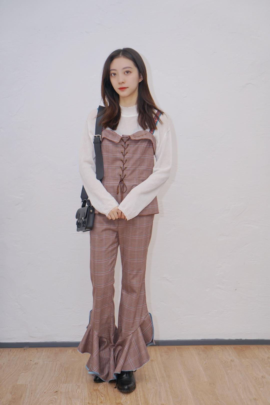 #出街battle才知道型不型# 🐇上衣吊带:SAKKAS 🐇裤子:SAKKAS 🐇包包:Yamaguchi Mioko 🐇内搭:Gogoing  这一身套装可以说是穿起来非常显气质的了!!! 衣服元素是棕红色小格子,还有蓝色线条在其中作为搭配,上衣背心胸前有带子可以系,非常修身,背心带子是刺绣的,很有设计感啦~ 下半身的裤子是阔腿裤裤型,裤尾是鱼尾设计,显瘦一流!!! 搭配小高跟,出门一定吸睛~