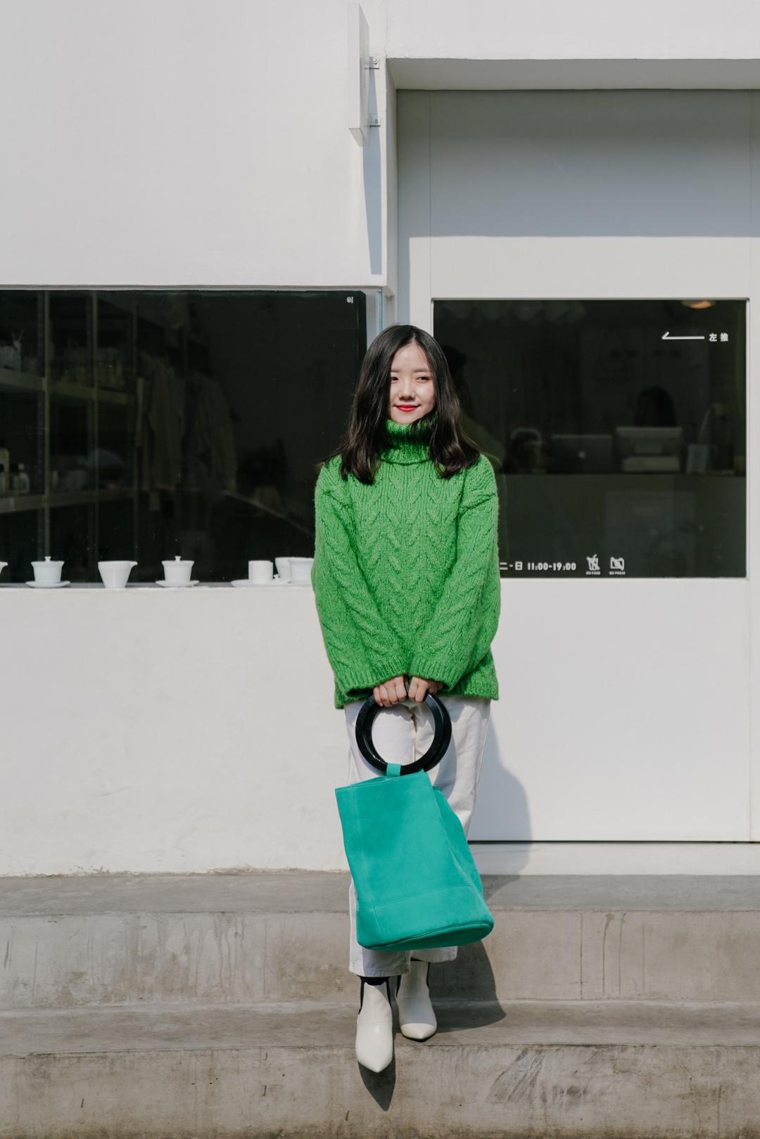 穿搭|早春色彩搭配——生机勃勃的绿色🥬 北京这几天真的越来越暖和啦,周末去国子监逛街,发现一家很适合拍照的商店,叫 好白商店,建筑整个都是纯白的。🏠 再来说一下穿搭,我觉得绿色真的是很适合春天的颜色,这一身草绿和湖绿加白色的搭配,穿成了一颗生机勃勃的大白菜。 毛衣是mango的,18年冬天的款,最近进入最后打折期间,价格低到不要钱,真的可以好好淘一淘彩色的毛衣春天穿哦~ 水桶包是simon miller的bonsai,虽然迷你盆栽小水桶已经火遍地球了,但是我被超大号的官方模特图那种慵懒随意又很酷的气质迷住了,于是下手了这只超大号,是为春天准备的戏精本精了,哈哈 #春日温柔针织系穿搭#