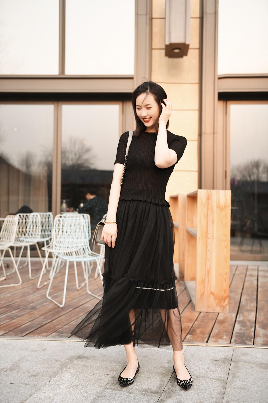 纱裙由于其本身面料的特色,能够给人飘逸的裙装造型,受到很多仙女宝宝喜爱。 黑色纱裙沉稳优雅,同时又富于性感神秘气息,hold得住各种场合,因此成为女生必备的对象。 欧根纱穿起来十分有气质,但要看具体的设计,可甜美也可正式。而且因为欧根纱带点蓬松感,能很好的遮住上半身的肉肉,这就要求下身的黑纱裙不宜太蓬,否则会显得整个人都是膨胀的,上身蓬下身就要收,互相中和。 #这腰身,好想涌有!#