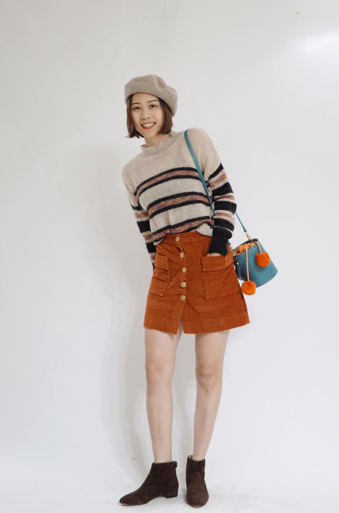 #终于等到了日杂风的初春穿搭# 这一套同色搭配,我是非常的喜欢了!条纹毛衣与半身裙的非常的搭,所以搭配了一个棕色的短靴。还有一个亮点就是撞色的包,非常吹睛!