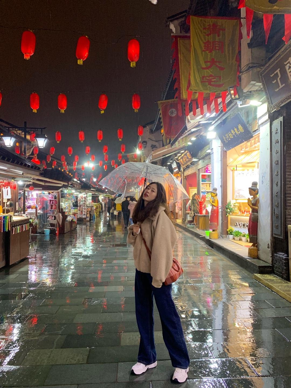 #今日份韩系小姐姐已上线# 🌂🌂🌂🌂🌂🌂🌂🌂🌂🌂🌂🌂🌂🌂🌂🌂 杭州一直在下雨,温度也蛮低的。 优衣库摇粒绒这件衣服刚出来的时候买的,真的超好看呀。而且真的蛮好搭的。不过不太适合上身胖的仙女,会显得有些胖。 里面穿的是优衣库家的黑色打底高领。说是自发热的,确实蛮保暖的。 裤子是我超级超级喜欢的一条裤子,泫雅风,现在不是超火嘛。而且真的很显腿长。适合所有身材的女生,因为它遮肉。 鞋子也是我超级超级喜欢的鞋子哈哈哈,简直太喜欢了!不过是男款,最小号38.5,我垫鞋垫还大一号呢。但是没办法,喜欢啊! 包包就是coach的包包,在代购买的,850,这个价格还可以接受。