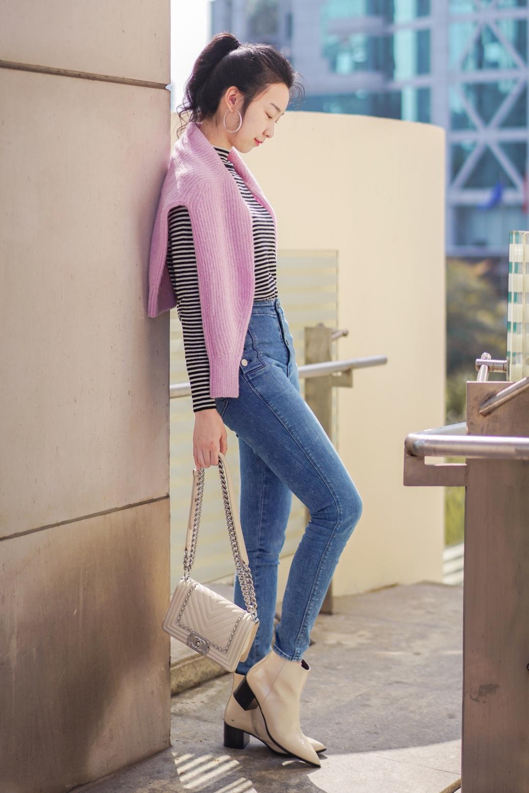 OOTD   春日的毛衣&内搭毛衣。Stripe is the new black.   毛衣&靴子:Everlane 裤子:J Brand  包:Chanel  #三月显瘦指南:这样穿,立马显瘦10斤#