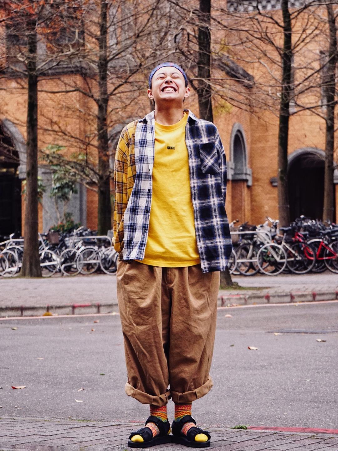 头巾:PROS BY CH T恤:S-SEDUCE食钓 衬衫:ROCKER CHEN 裤子:ANGLAN 袜子:DTROUBLE 鞋:SUICOKE  IG上很赞的ANGLAN拍照pose今天学到啦。 这条阔腿裤在桃园的一家店里,因为有韩国超有名的这家古着店Anglan的朋友,所以可以直接预定到这条裤子,裤型真的太好看啦! 这条裤子用明黄色做搭配,同一个色系又有不同的深浅,增加层次感,简单一件t+拼接衬衫就可以撑起整套look。 袜子+凉鞋已经不用再教啦,好几年前就公认是好看的搭配,花袜子搭起来就格外好看。  ☝#开春穿上阔腿裤的我,真香!#