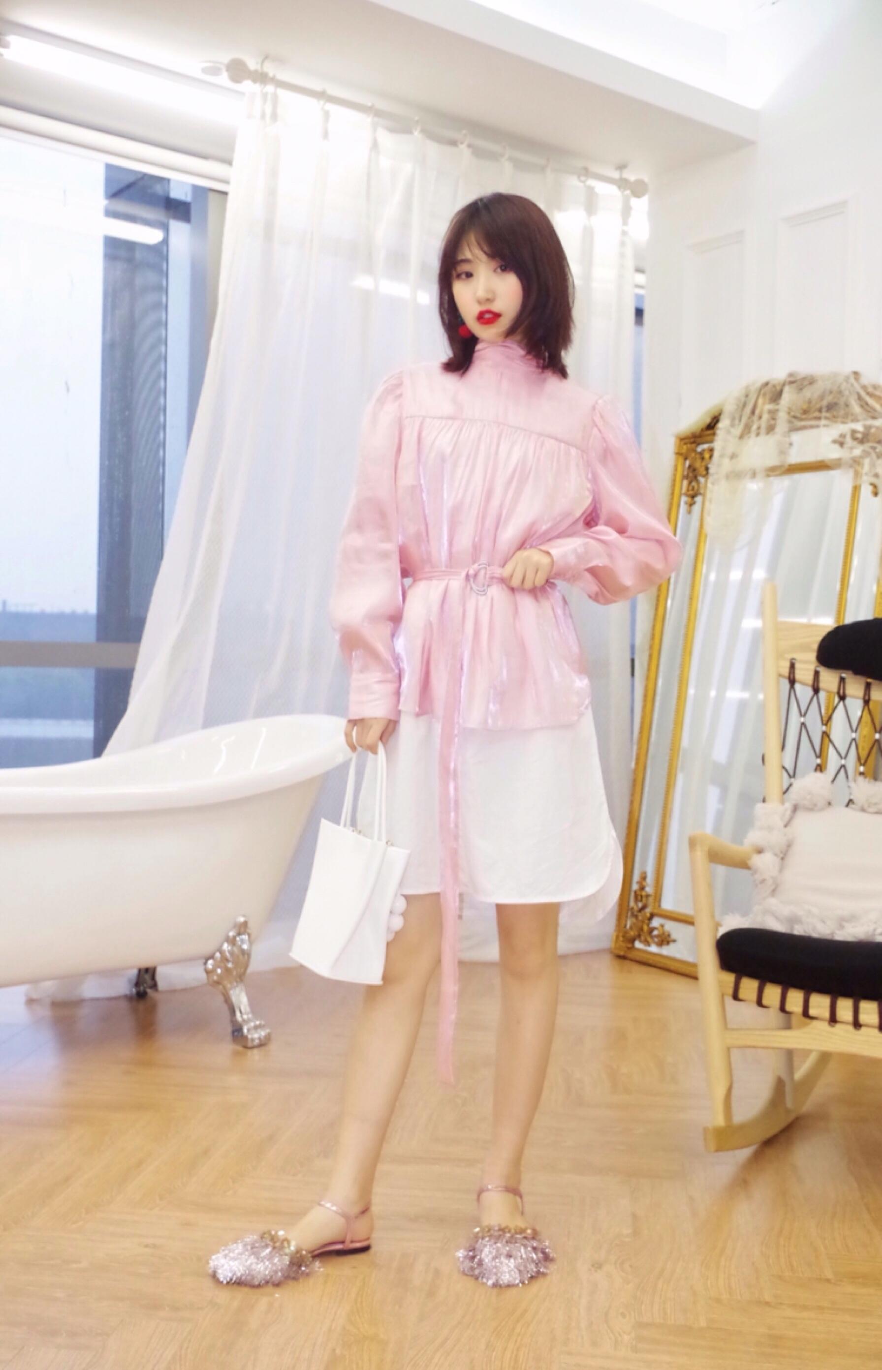 #红到发紫的YOUPPIE 3.2上新# 💖淡粉色丝质衬衣 内搭一件白色衬衫裙 粉色腰带凸显腰线 拉长身材比例 鞋子是亮闪闪的平底凉鞋 更增添少女可爱感~