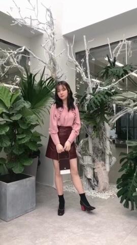 【用粉色装点春天啦】 上衣:SHANG 1 BY SHANG YI 裙子:SAKKAS 鞋子:BUBUFEIFEI 包包:北山制包所 粉色衬衫加上酒红色的包身皮裙,有点可爱又不失性感的穿搭。 搭配红色高跟靴,拉长腿部线条。春天出门,这样一身同色系搭配也很养眼哦! #花草系少女的春夏新装#