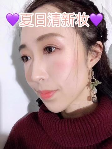 #Momoko的妆容分享# 今天给大家分享一款适合春夏的清新妆容。 使用到的一些化妆品已经分享在视频内标注。 这里就主要讲一下重点:眼睛部分一定是选用浅色打底眼尾叠加深色。眼线将黑色换成棕色,更为温柔。如果睫毛本身就可以,就不要再贴假睫毛了,春夏日妆容应以轻薄为主。唇膏选用也应与整体配色一致,以橙色粉色为主。 另外:Becca的高光真的强推!看照片都能看出来这牛逼的高管质感。