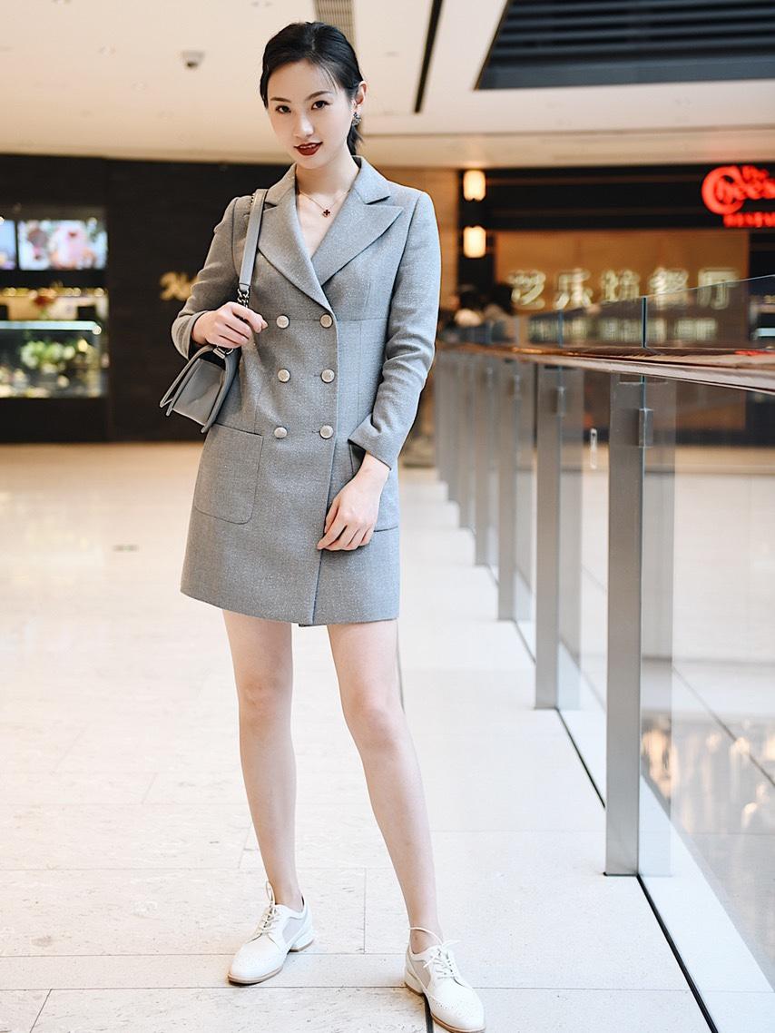 Look1 精简主义一衣多穿 📌长款西装+西装半裙 是一个西装套装,同色系面料的两件套,灰色带着银丝特别精致! 一般【基础穿搭】就是把长款西装裙的扣子扣起来,里面有个半裙打底防止走光,并且半裙上有一个小口袋,细节很别致哦。比较适合日常通勤啦,逛街啦。如果【进阶穿搭】就是不扣扣子,内搭可以有更多选择,这样一套西装可以有【1+N种穿搭风格】 #100套温柔色春装安排上了!#