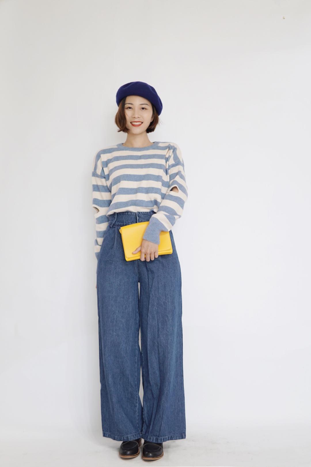 #温柔风必须是直男杀手锏# 条纹毛衣看起来太温柔了吧!与贝雷帽相映成辉,非常好看!裤子也是蓝色系的,一套同色系,但手提包却与之撞色,特别得来又有点小惊喜。