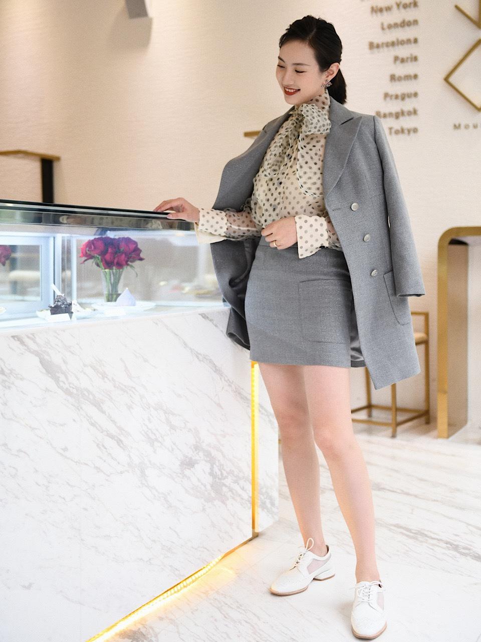 波点雪纺产衫衬衫,不一样的穿搭小心机 一般【基础穿搭】就是把长款西装裙的扣子扣起来,里面有个半裙打底防止走光,并且半裙上有一个小口袋,细节很别致哦。比较适合日常通勤啦,逛街啦。如果【进阶穿搭】就是不扣扣子,内搭可以有更多选择,这样一套西装可以有【1+N种穿搭风格】。 例如上班开会,可以穿基础款白衬衫,干练点选择硬挺面料,想温柔一点选择雪纺真丝面料;如果想要下班聚会,内搭就可以换成其他各种是颜色波点啦,花纹啦,绝对是一件衣服可以解决很多问题! 🔻 鞋子上面也建议可以有更多款式可以搭配,不一定就是基础款高跟鞋!例如休闲鞋、短靴、哪怕是运动鞋,都能让增加整体的时髦度~✔️ #网红店春款我都帮你选好了!#