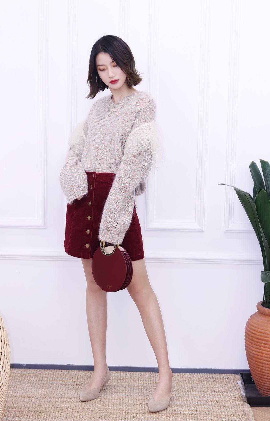 """裙子是很多女生内搭的首选单品,特别是半身裙,毛衣+半身裙的搭配,基本上矮个的妹子也能驾驭。 纯色的半裙建议和有花纹或者拼接的毛衣搭配更好看,这种拼接纱的毛衣基本上每年冬天的时候都会火一下,也算是经典款~非常温柔呀,而且红色灯芯绒半裙也很衬身材~ #公布我的女生节""""标pay""""#"""