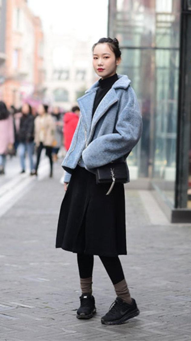 街头偶遇行政小姐姐,简单的搭配却让人移不开眼睛!##街拍穿搭##
