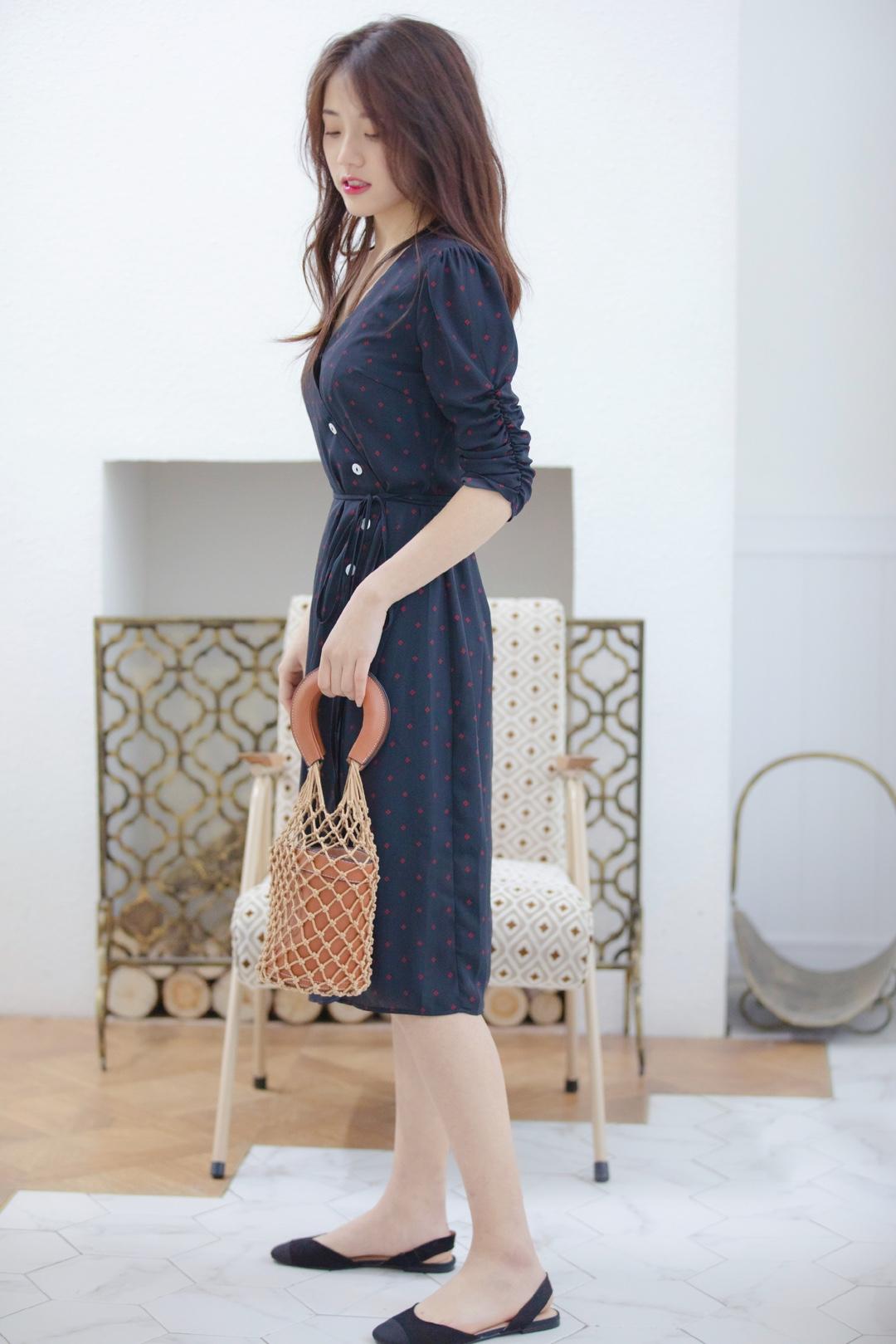 复古波点连衣裙 连衣裙真的是非常方便了,不需要像搭配上衣裤子那么费心,但是它的心思却不比它们的少,真的很有小心机了! 袖口设计完美遮住胳膊上的小肉肉,只露出纤细的一部分。纽扣与抽绳的设计显得整条裙子更加优雅 日常出街和外出旅游都非常适合🤔 #Simple Retro复古法式3.2上新#