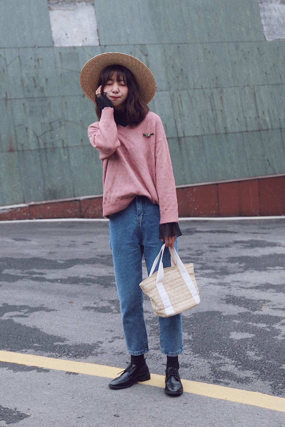 #尚新季,这波春装我可以!#乖巧淑女的粉色毛衣撩男神够够的  Hello大家好,这里是大鱼穿搭测评第753起,这一生和大家分享的是毛衣穿搭。  ❤️身高体重163|43,给大家做个参考。  👔:内搭是一件黑色网纱打底很透不建议单穿,但是搭配毛衣效果还是不错的。 外搭的粉色毛衣超级柔软,不算太薄,面料不会扎手,毛线不错,小V领又有一点淑女的味道。 👖:直筒版型的牛仔裤,厚度适中摸起来柔软舒服,不会褪色质量还是不错的,也是高腰款。 👜:草编手提包,价格不要太实惠,除了没有型,个人觉得作为搭配单品是一点问题都没有的。  ❤️喜欢记得给我点赞留言哦!!