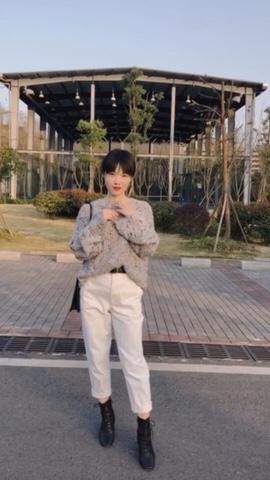 #都三月了,你还是没有买春装?# 超爱这件毛衣 很温柔点的莫兰迪色系 里面有星星点点的杂色 比纯色的毛衣更显个性 搭配白色锥形裤非常干练又显气质的一套