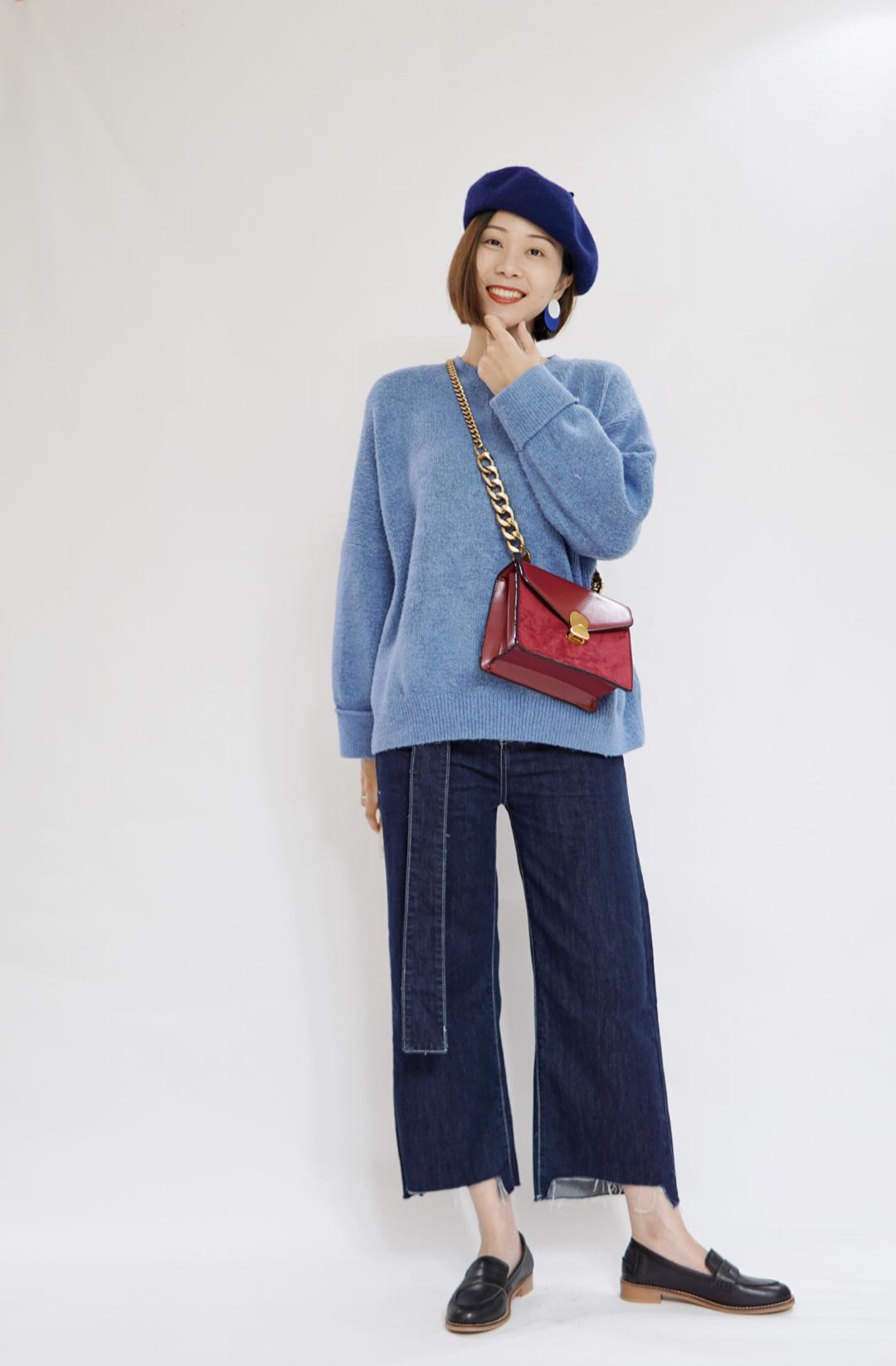 #包包配不对,一身再贵也白费# 蓝色毛衣与蓝色贝雷帽搭配,很休闲有范。挎上了一个酒红色的单肩包,形成红蓝鲜明对比。超赞的!
