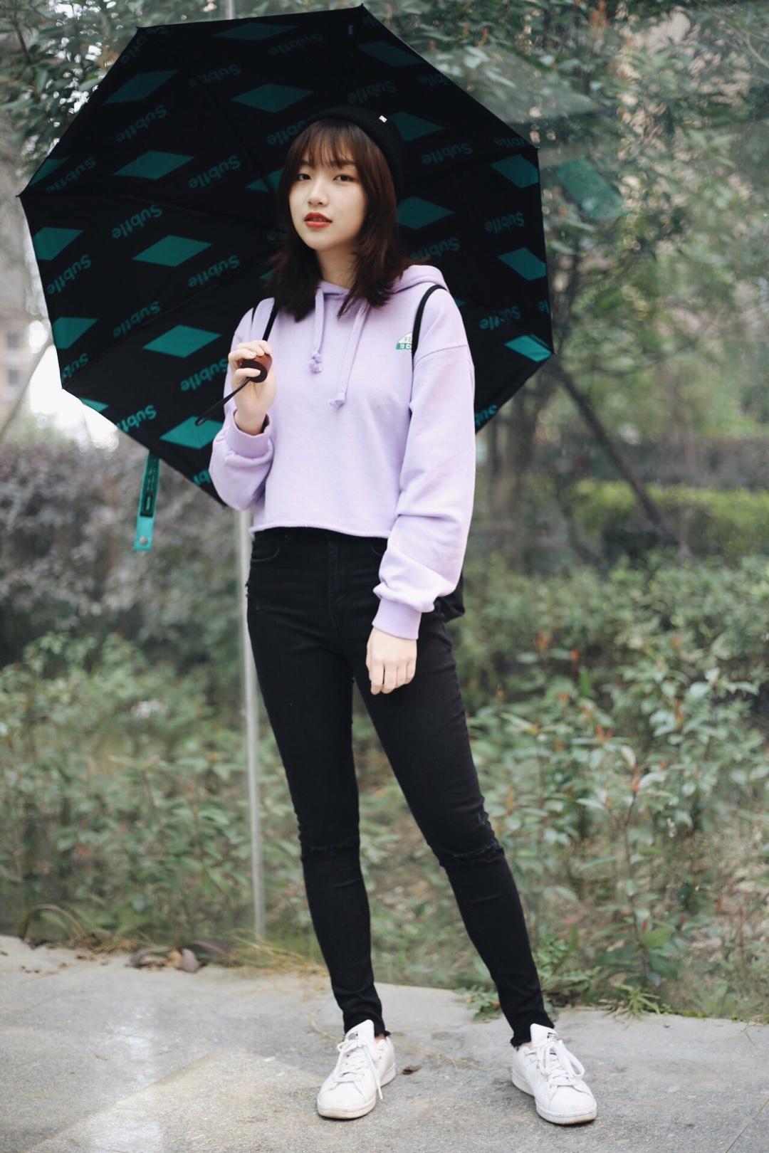 #10代少女都爱运动风#  紫色运动风卫衣搭配 真的觉得紫色超级少女的 怎么以前没发现 紫色的卫衣特别又清新  搭配黑色单品就很好 运动风格真的超级青春有活力  店铺名字都在图里哦 你喜欢今天的look吗? 欢迎评论与我互动 🧣:四点水牧童
