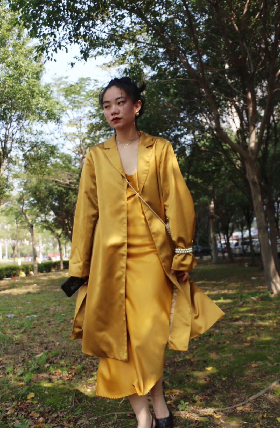 #春天色彩感和阳光很衬!# 明黃色緞帶吊帶裙+同樣材質的刺繡外套。 讓整套搭配都充滿陽光 事實上緞帶材質的明黃色對黃皮十分友好 膚色顯白。因為顏色是非常亮的,所以同一色系更能凸顯出質感。