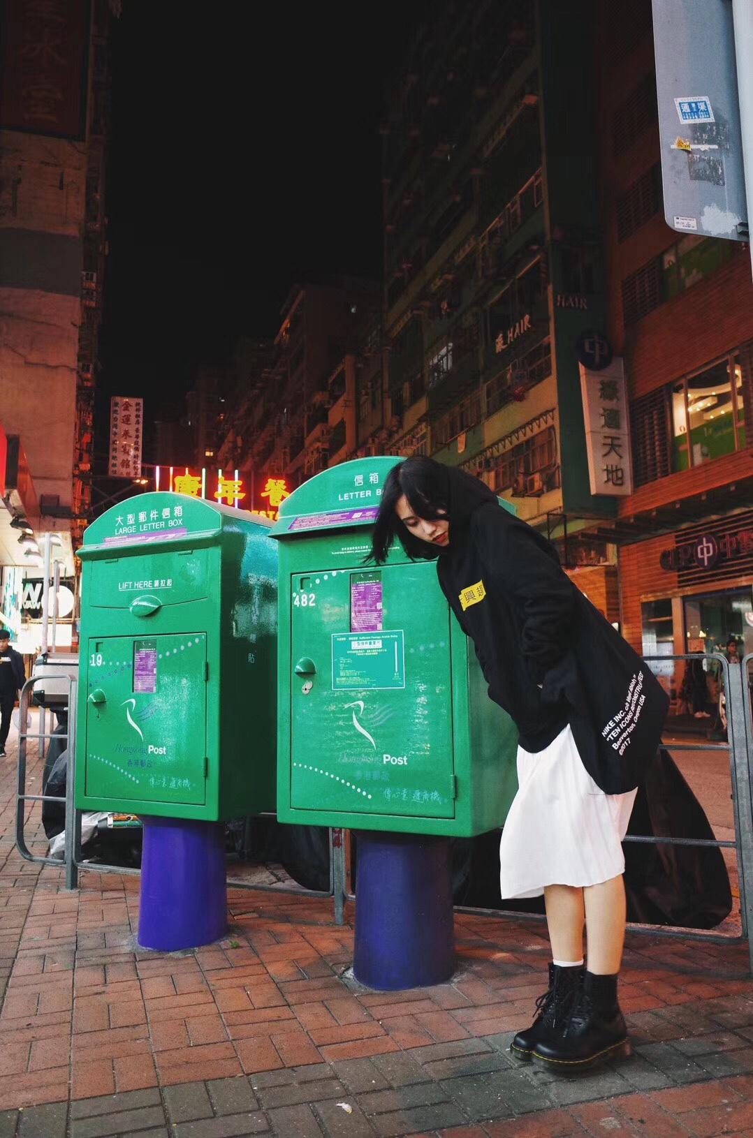 #人人都想get网红小姐姐同款#香港走到哪都是个街拍的好地方😜男朋友的拍照技术还不错吧🤣🤣🤣 卫衣是S-SEDUCE的不感兴趣系列,觉得好玩就买了件给男票,没想到自己也拿来穿了^_^搭配百搭的百褶裙!又是这条街最亮的崽!一对耐看的靴子真的能陪你度过一年四季!马丁靴是最好的选择!体温感染皮靴,久了以后皮感会变软!穿得越久越好看舒适!街拍神器哦!春天来了赶紧get上一对8!🤗🤗🤗 接下来我会多多分享我的穿搭日常,谢谢关注😚💕