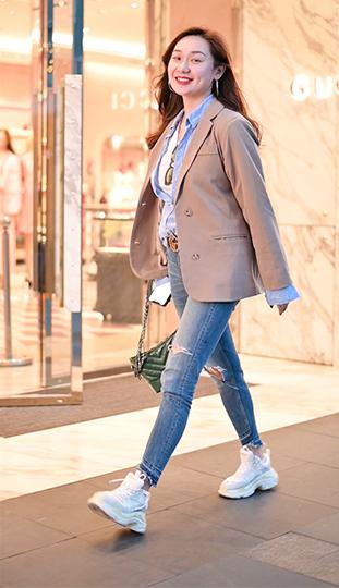 路上偶遇在电视台工作的小姐姐,对着镜头笑的那一刻,我爱了!#菇菇街拍###