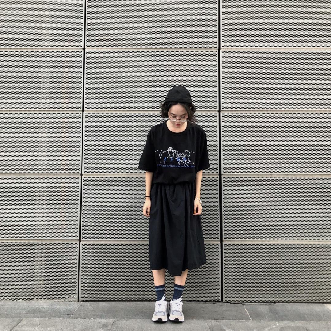 一身黑的搭配~今天也没什么事那就穿黑的吧!黑T搭配半身裙,外加一顶瓜皮帽👲完事啦#显腿细秘招都在这里了#