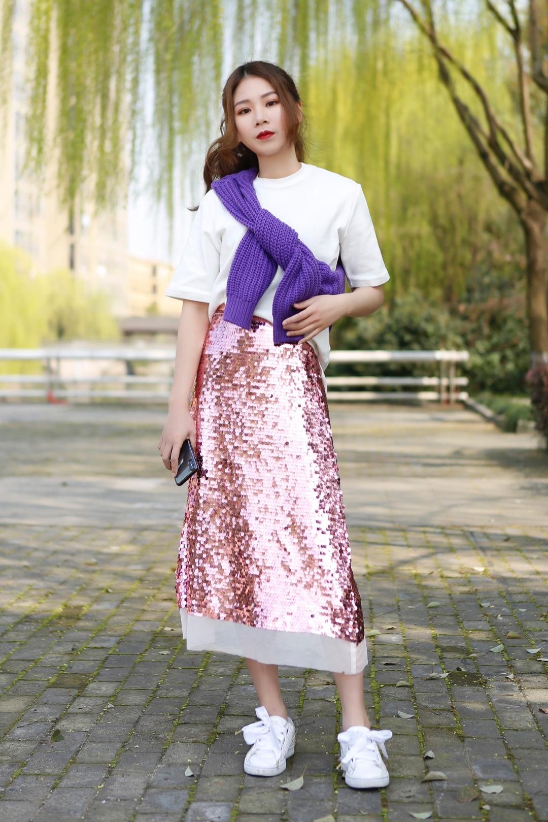 #春天色彩感和阳光很衬!# 杭州下周要30度 短袖可以找出来了~ 早晚温差大还是要带件针织 白天系在身上就ok 亮片裙~你不赚够回头率还有谁~! 粉紫搭配今年流行色代表哦
