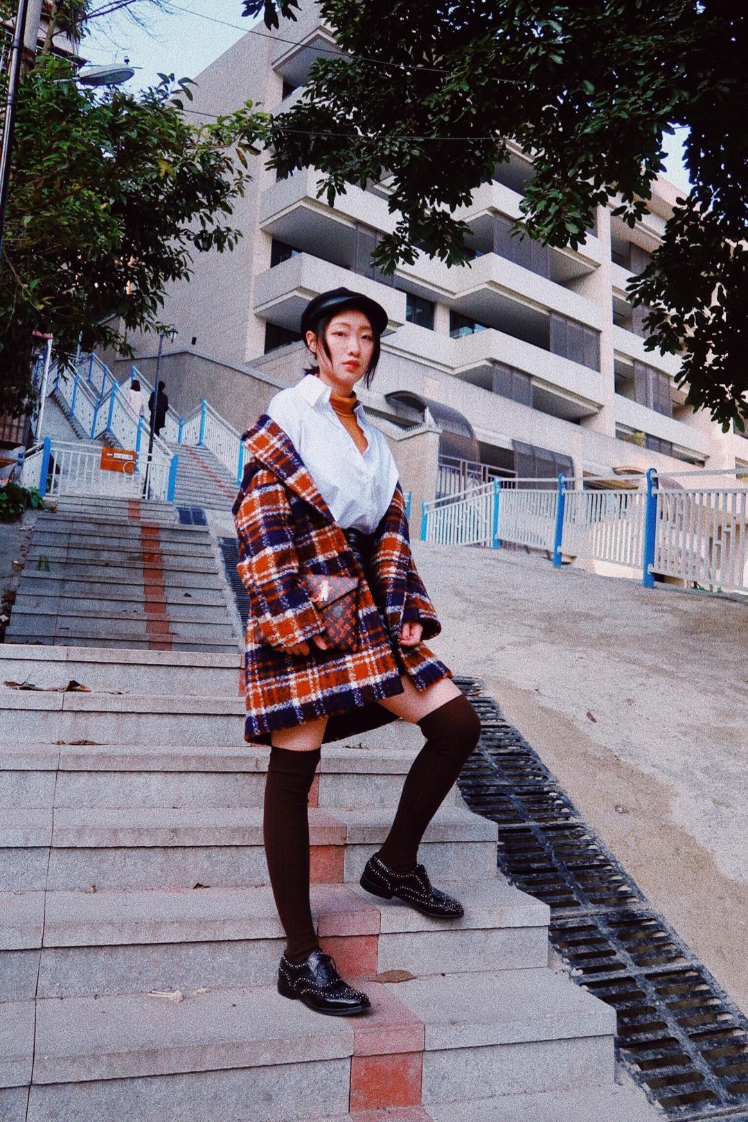 早春大衣穿搭 虽然说天气渐暖,但是也需要掌握春捂秋冻这个关键词 格纹大衣从冬季爱用到春季 适当的露出腿部肌肤,迎接春天的到来 #PLMM都爱穿的衬衫,安排上了!#