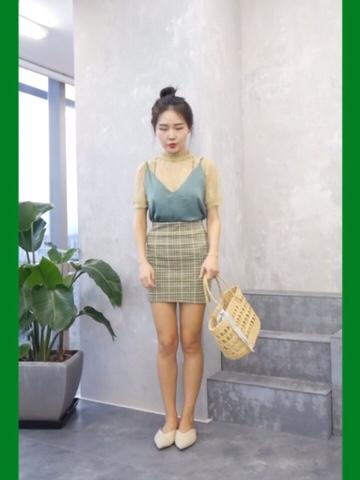 #MOGU STUDIO# 好看的洗眼绿来了 一身绿色系又很有层次感 内里蕾丝小衫 搭配丝质深绿色吊带 下身绿黄相间格纹短裙 搭配丸子头和草编包 清爽简单好看