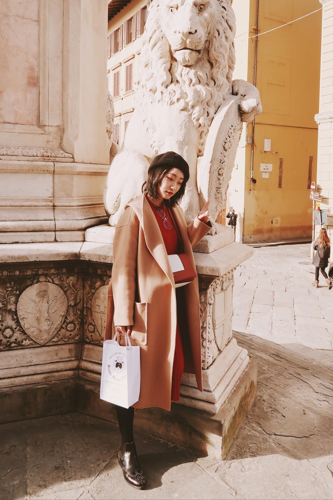 在文艺复兴的发源地佛罗伦萨穿什么? 当然是要有文艺气质的画家帽和棕色浴袍大衣了,搭配church's的经典短靴  保暖又有气质,是适合城市气质的搭配#今春流行色指南#