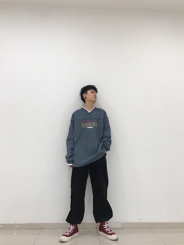 #打底才是一身穿搭的精髓啊!# v领雾霾蓝卫衣搭配黑色束脚裤简单舒适 一双格子帆布鞋看上去没有那么单调 👔:凉拌泡菜 👖deta 👟:mammut