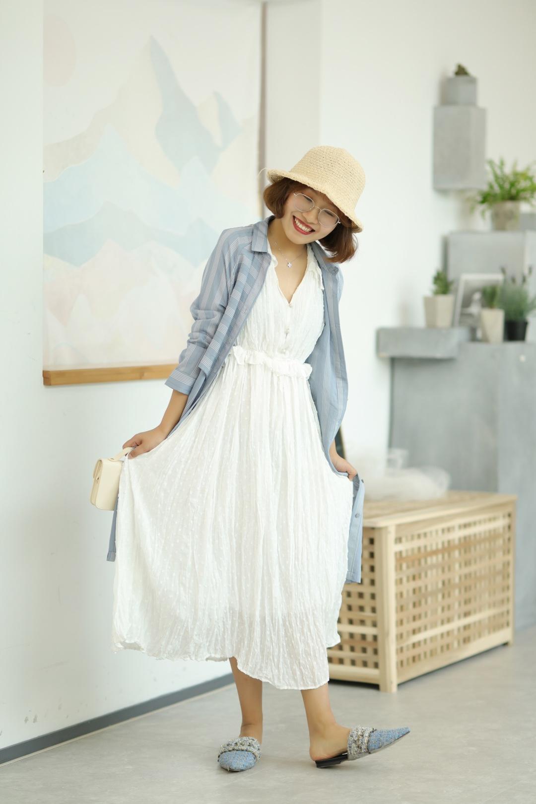 #樱花季,脱单风穿搭可别忘记!#  白色的裙子在春天怎么能缺席呢? 白色裙子简单还很仙女哇~ 小黑每次穿上白色的裙子都感觉自己有仙气儿~ 再搭上一件蓝色的外套,又不失活泼! 蓝色的鞋子可以和外套做个颜色呼应~ 白色裙子真的推荐买哇~ 樱花开了,赶紧穿着白色长裙 出去拍美美的照片吧!
