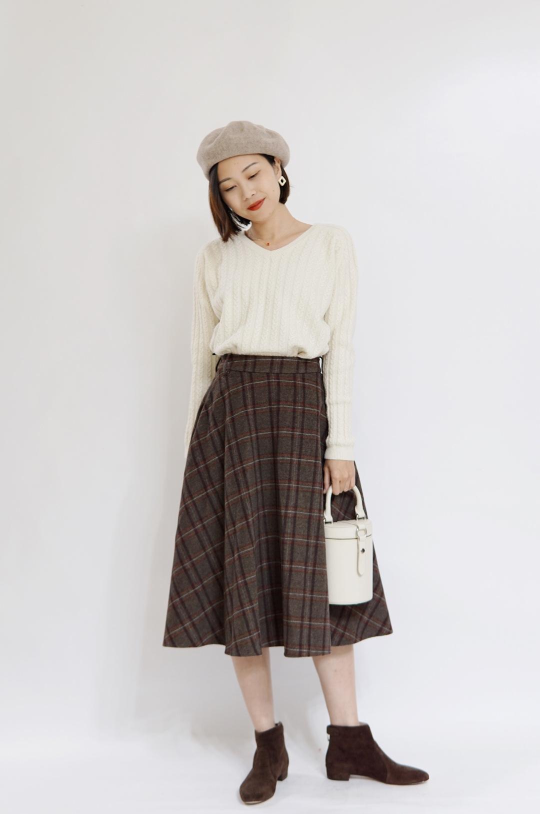 #樱花季,脱单风穿搭可别忘记!# 白色的V领毛衣看起来非常的温柔和美丽。 搭配了具有复古感的格纹半裙以及贝雷帽,很优雅,脱单就靠这一套了。